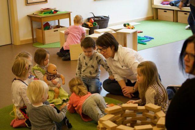 Kindergruppe mit Erzieherin in der Kita