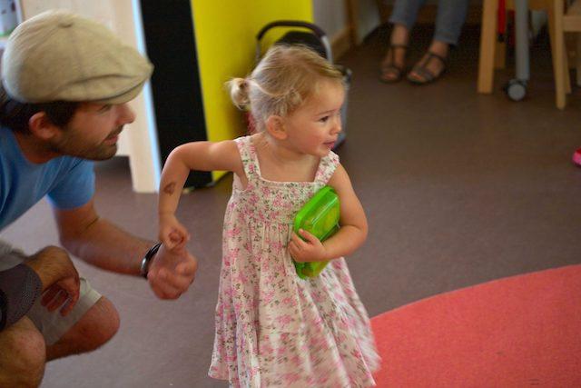 Tochter hält die Hand ihres Vaters ganz fest