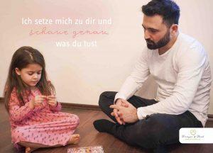 Vater begleitet seine Tochter beim Spielen