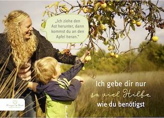 Mama begleitet ihr Kind beim Pflücken von Äpfeln
