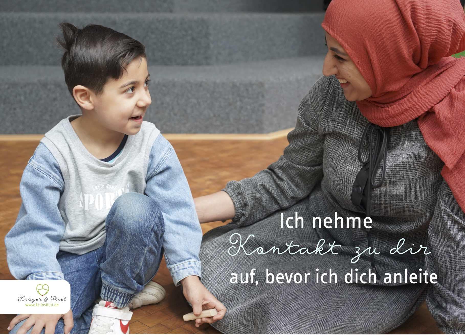 Die Mutter lächelt ihrem Sohn aufmunternd zu.